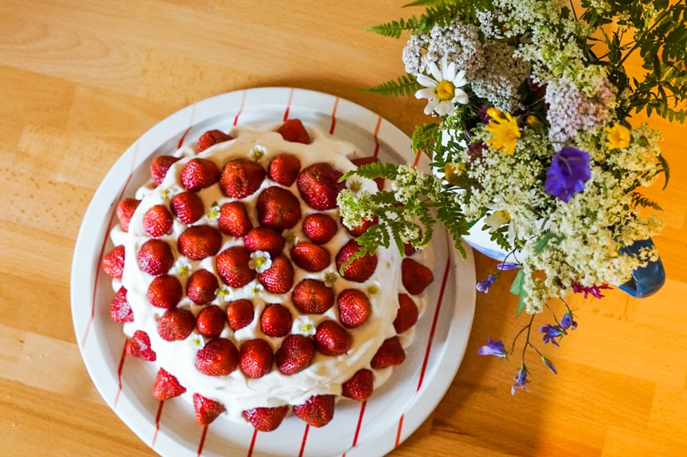 Finnish Midsummer strawberry cake