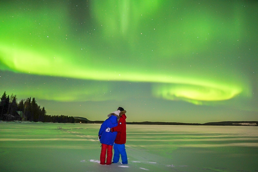 northern-lights-couple-lapland-by-saija halminen